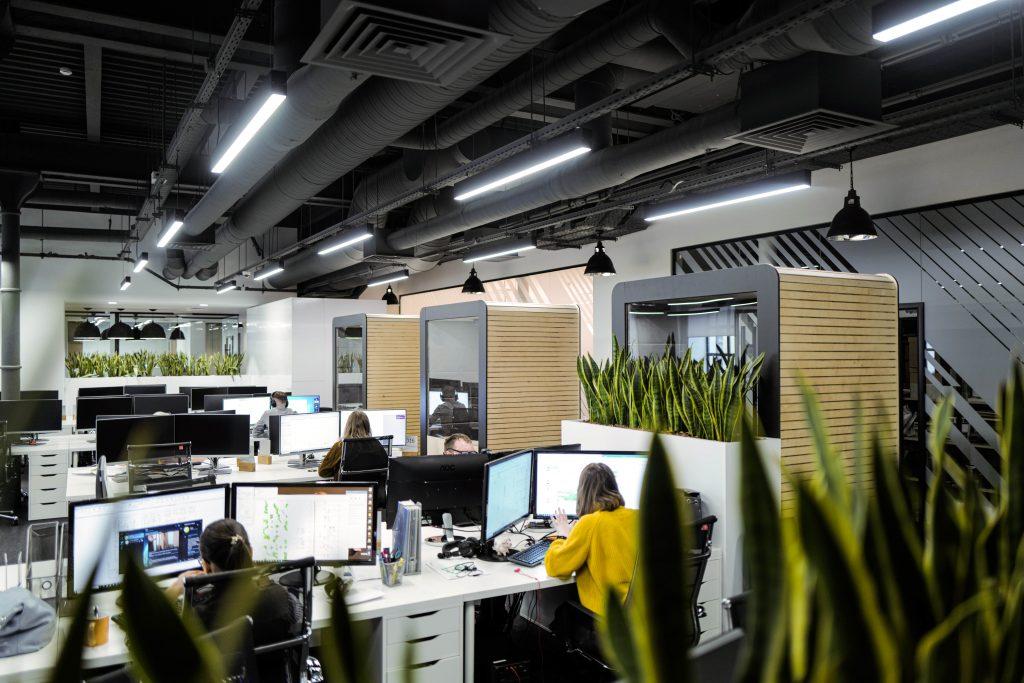 Акустические кабины OFFICE BOX стоят в офисе, рядом с работающими людьми
