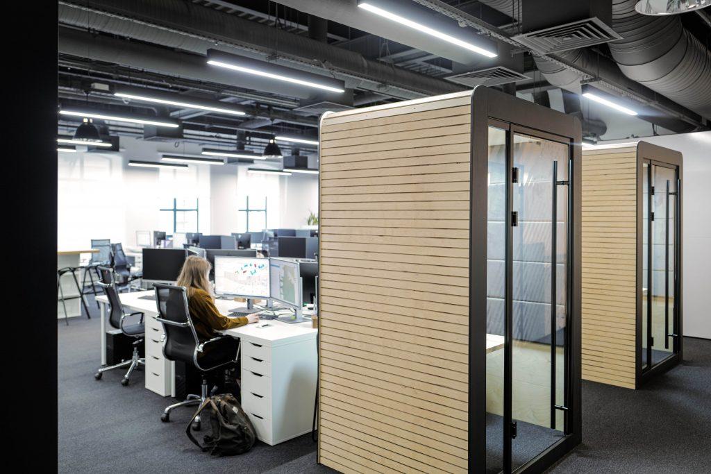 Акустические кабины OFFICE BOX стоят в офисе, крупно