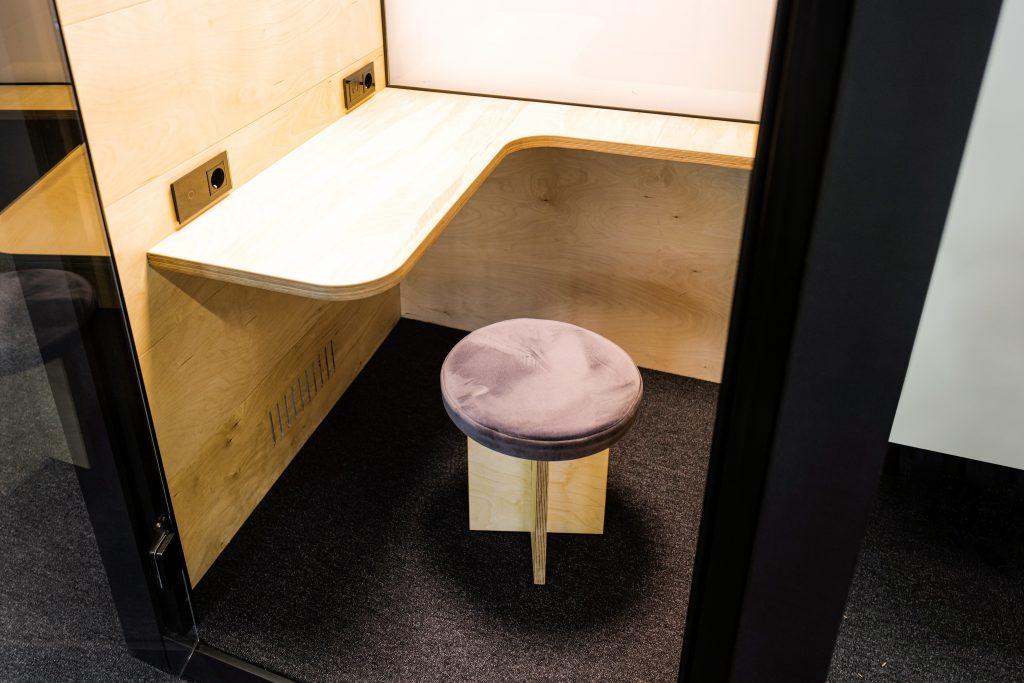 Столик и сиденье акустической кабины OFFICE BOX, крупно